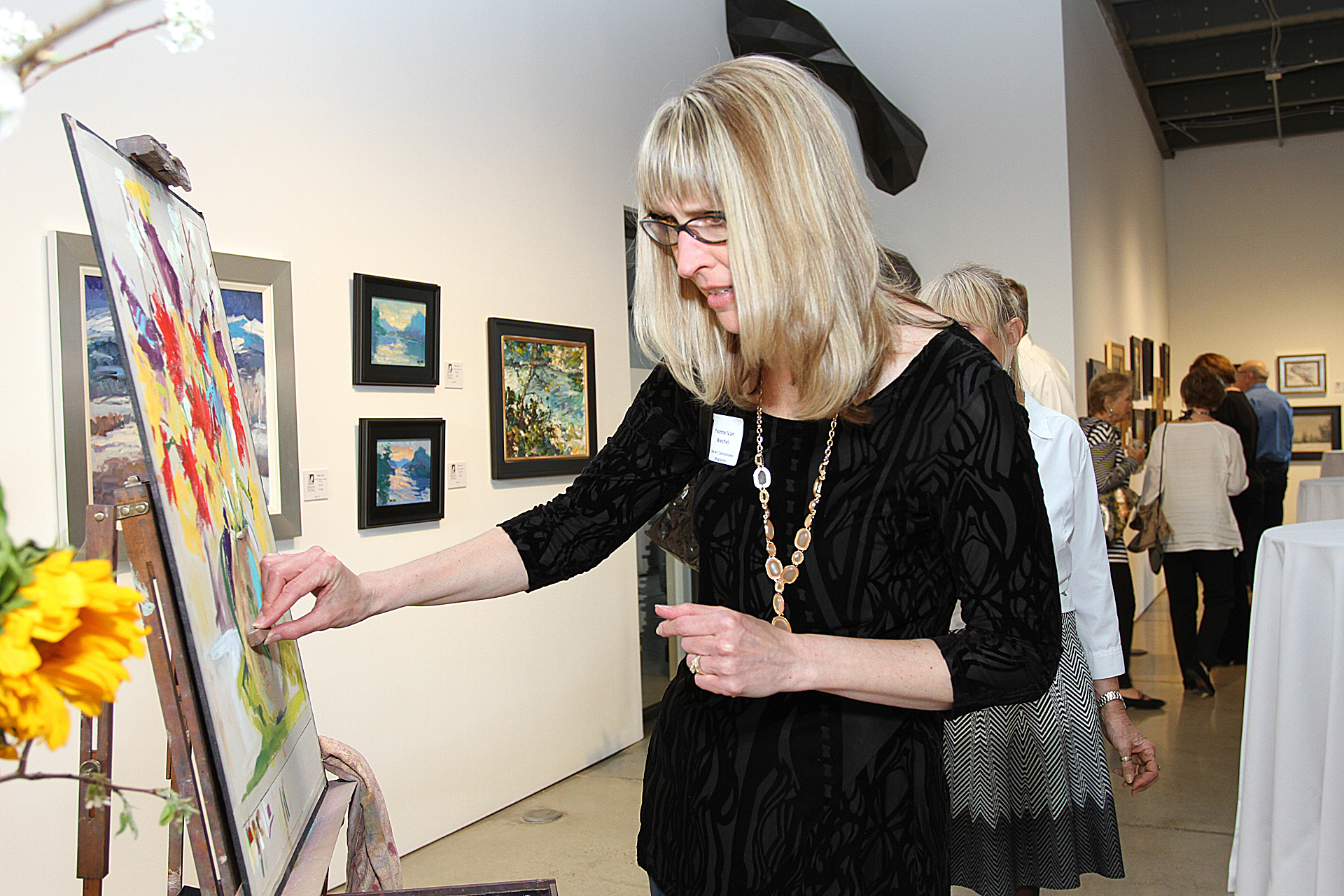 10 – IMG_4991_Opening Gala_Yvonne Van Wechel, Fine Art Connoisseur, painting on Lombardi demo